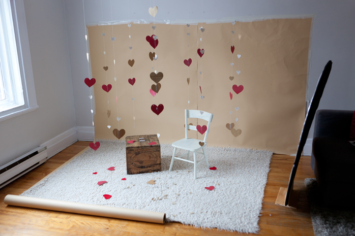 Valentine's Day mini session set-up idea heart garland | Lisa-Marie Savard Photographie | Montreal Quebec Saguenay | www.lisamariesavard.com
