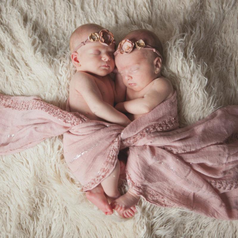 Twin girls newborn session. Séance nouveau-né de jumelles à Montréal