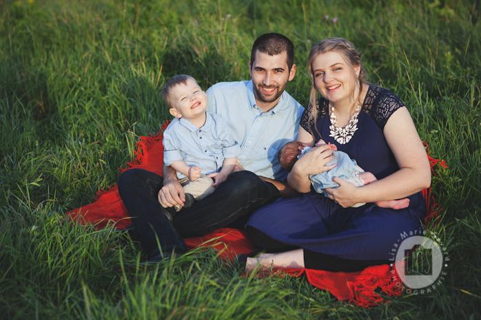 Newborn outdoors session with antique pram carriage. Séance nouveau-né extérieure avec landau antique au Saguenay   Lisa-Marie Savard Photographie   Montreal Quebec Saguenay   www.lisamariesavard.com