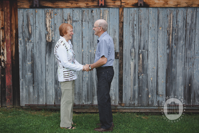 Grandparents romantic session portrait. Séance de couple avec grand-parents au Québec