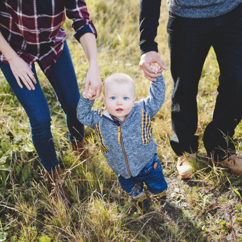 Outdoors fall family photos in a field. Séance familiale automnale au Saguenay