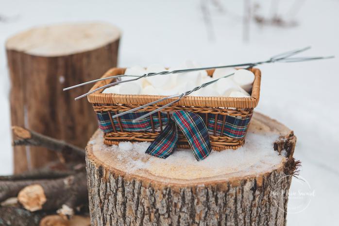 Winter engagement session with firecamp marshmallows forest pine trees wood logs. Séance de couple romantique hivernale au Québec Montréal Saguenay |Lisa-Marie Savard Photographie |Montréal, Québec |www.lisamariesavard.com