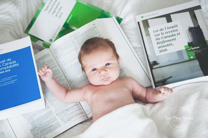 Idea newborn photo accountant books. Lifestyle newborn family session in bedroom Montreal. Séance nouveau-né famille lifestyle à la maison à Montréal |Lisa-Marie Savard Photographie |Montréal, Québec |www.lisamariesavard.com
