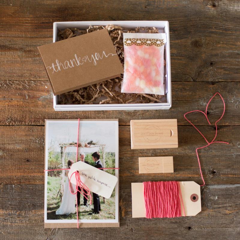 Wedding delivery box photography packaging branding USB drive prints candies card baker's twine. Produits de mariage boîte de livraison DVD clé USB impressions bonbons carte