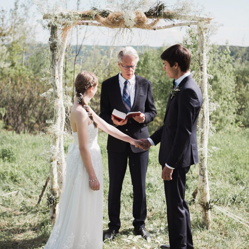 Mountain elopement photos. Intimate wedding on mountain top. Mariage intime au sommet d'une montagne. Elopement au Québec durant la pandémie. Fugue amoureuse Québec.
