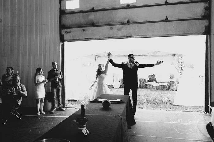 Wedding reception bride and groom entrance in venue. Mariage champêtre extérieur rustique chic DIY hôtel Georgesville Saint-Georges de Beauce  Lisa-Marie Savard Photographie  Montréal, Québec  www.lisamariesavard.com