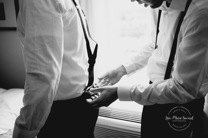 Groom preparation getting ready in hotel room with groomsmen. Putting suspenders tie bowtie shoes on. Mariage champêtre extérieur rustique chic DIY hôtel Georgesville Saint-Georges de Beauce  Lisa-Marie Savard Photographie  Montréal, Québec  www.lisamariesavard.com