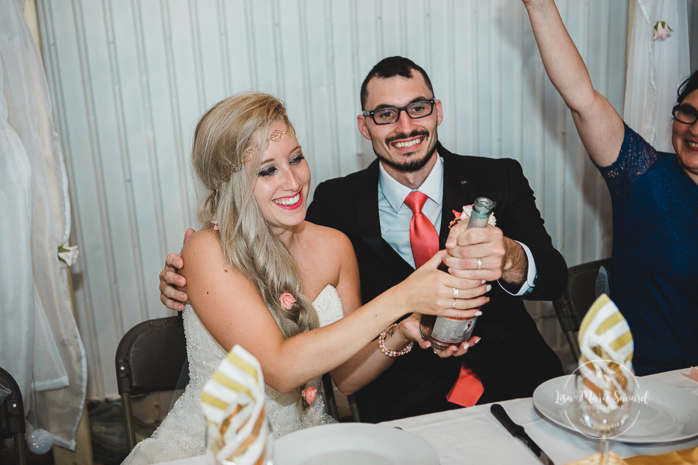 Wedding reception bride and groom popping champagne. Mariage champêtre extérieur rustique chic DIY hôtel Georgesville Saint-Georges de Beauce  Lisa-Marie Savard Photographie  Montréal, Québec  www.lisamariesavard.com
