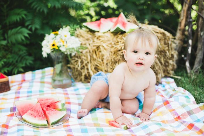 First birthday melon smash cake smash smash the cake watermelon idea. Baby girl eating watermelon outside rustic set-up decor. Photographe premier anniversaire un an Smash the Cake Cake Smash à Montréal |Lisa-Marie Savard Photographie |Montréal, Québec |www.lisamariesavard.com