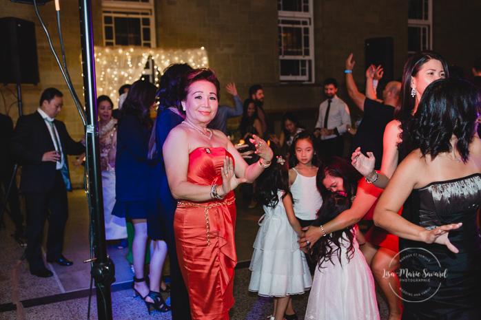 Rustic wedding reception rainy day dancing traditional asian Camdonian dancing funny laughing smiling guests. Julie et Denis mariage champêtre rustique à l'Abbaye d'Oka Montréal Laurentides |Lisa-Marie Savard Photographie |Montréal, Québec