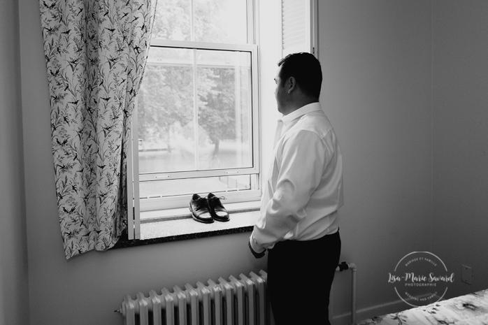 Rustic wedding rainy day fall wedding groom's preparation getting ready with groomsmen groomsmaid groomslady drinking. Julie et Denis mariage champêtre rustique à l'Abbaye d'Oka Montréal Laurentides |Lisa-Marie Savard Photographie |Montréal, Québec