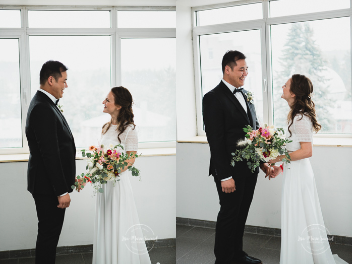 Rustic wedding rainy day fall wedding bride and groom portraits indoor under the porch roof hugging smiling kissing walking hand in hand. Julie et Denis mariage champêtre rustique à l'Abbaye d'Oka Montréal Laurentides | Lisa-Marie Savard Photographie | Montréal, Québec