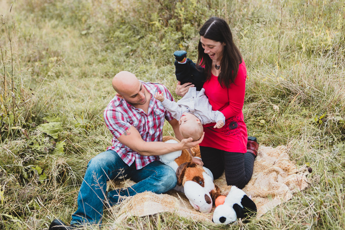 Fall photos fall autumn outdoor photo session family baby pregnancy. Fall mini session idea photo in a wild field colourful leaves wood logs |Lisa-Marie Savard Photographie |Montréal, Québec