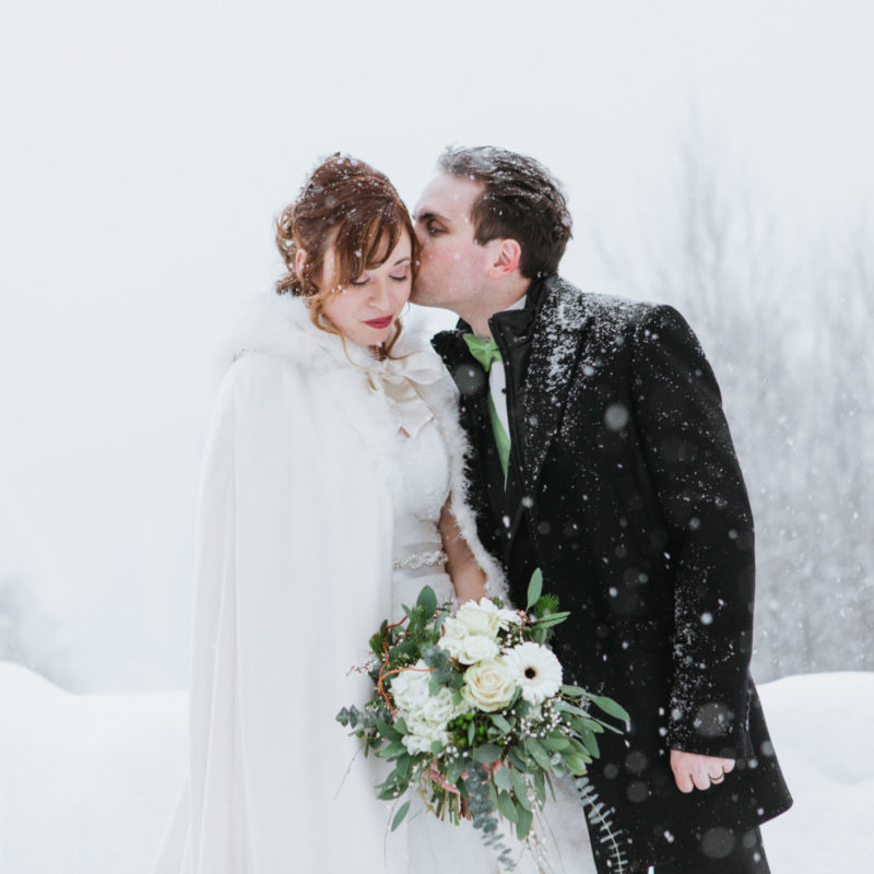 Snowy winter wedding photos. Mariage Hôtel Mont-Gabriel hiver. Mont Tremblant wedding photographer
