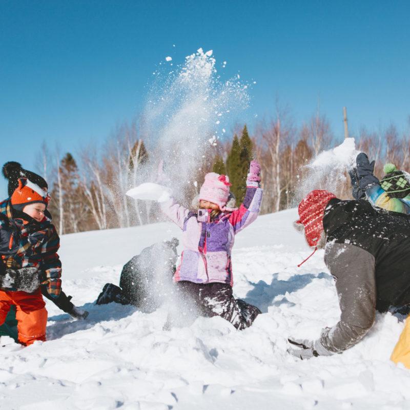 Winter outdoor family photos snow fight. Séance familiale extérieure à Montréal. Montreal family photographer