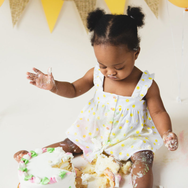 Yellow Smash the Cake Smash decor. Little girl neutral Cake Smash. Photographe Cake Smash à Montréal. Montreal Smash the Cake photographer