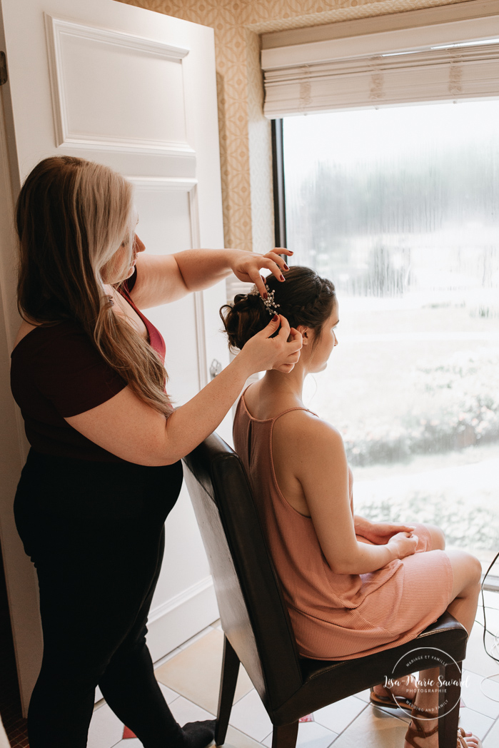 Bride getting her hair done. Rustic wedding hairdo ideas. Bride getting ready with her bridesmaids in a hotel room. Simple intimate wedding in Quebec City. Outdoor wedding in Quebec City. Quebec City wedding photographer. Mariage au Manoir du Lac Delage. Mariage à Québec. Photographe de mariage à Québec. Mariage Lac Delage | Lisa-Marie Savard Photographie | Montréal, Québec | www.lisamariesavard.com