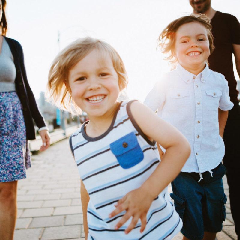 Urban family photos with two boys. Family photos in the Old Montreal. Séance familiale dans le Vieux-Montréal
