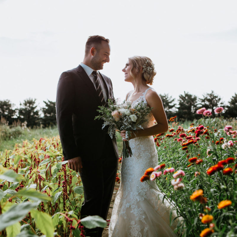 Romantic wedding photos in flower field. Flower farm wedding. Mariage chez les Fleurs Maltais à Chicoutimi