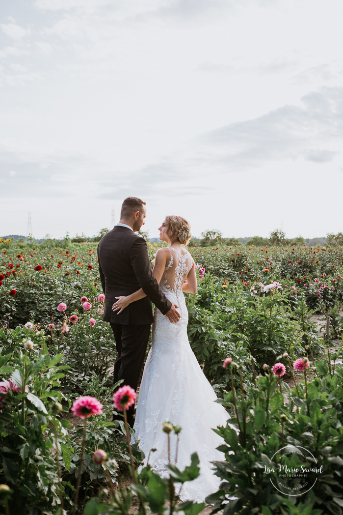 Outdoor wedding in a flower field. Flower field wedding. Flower farm wedding. Bride and groom kissing in the middle of flower field dahlia zinnia wild flowers. Mariage chez Les Fleurs Maltais à Chicoutimi. Photographe mariage Saguenay. Montreal wedding photographer | Lisa-Marie Savard Photographie | Montréal, Québec | www.lisamariesavard.com
