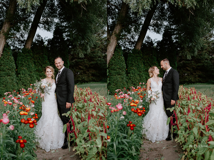 Outdoor wedding in a flower field. Flower field wedding. Flower farm wedding. Bride and groom standing in the middle of flower field dahlia zinnia wild flowers. Mariage chez Les Fleurs Maltais à Chicoutimi. Photographe mariage Saguenay. Montreal wedding photographer | Lisa-Marie Savard Photographie | Montréal, Québec | www.lisamariesavard.com