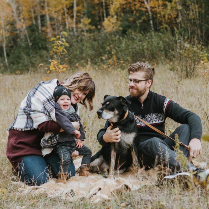 Fall family photos with dog. Minis séances photo d'automne au Saguenay. Photographe de famille au Saguenay. Saguenay family photographer