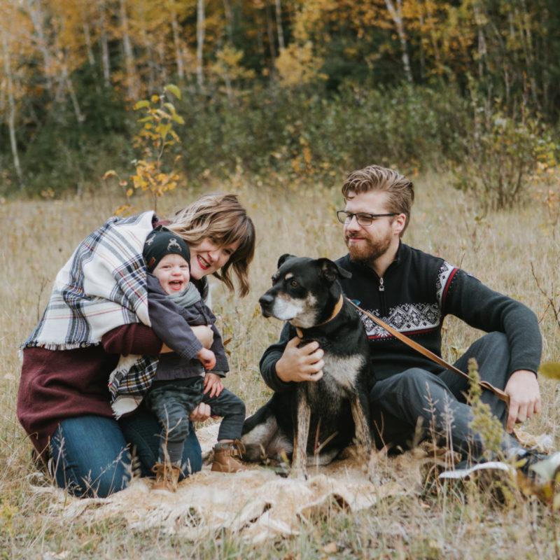 Fall family photos with dog. Minis séances photo d'automne au Saguenay. Photographe de famille au Saguenay. Saguenay family photographer