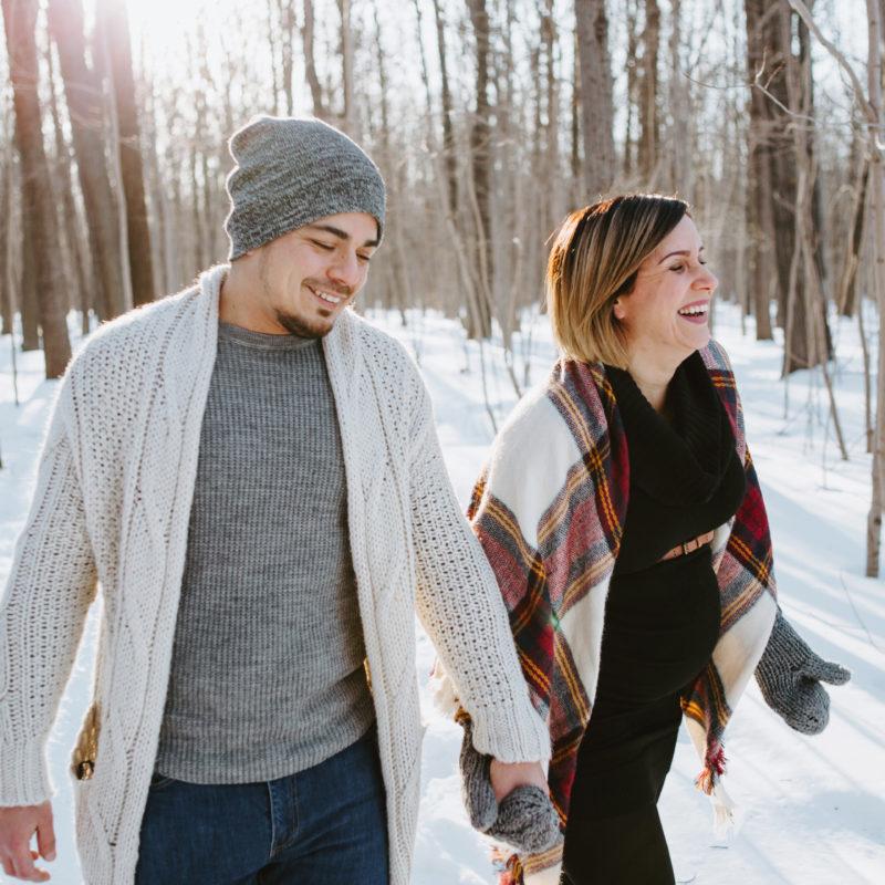 Winter forest maternity session. Séance maternité dans la forêt en hiver au Parc Angrignon Montréal