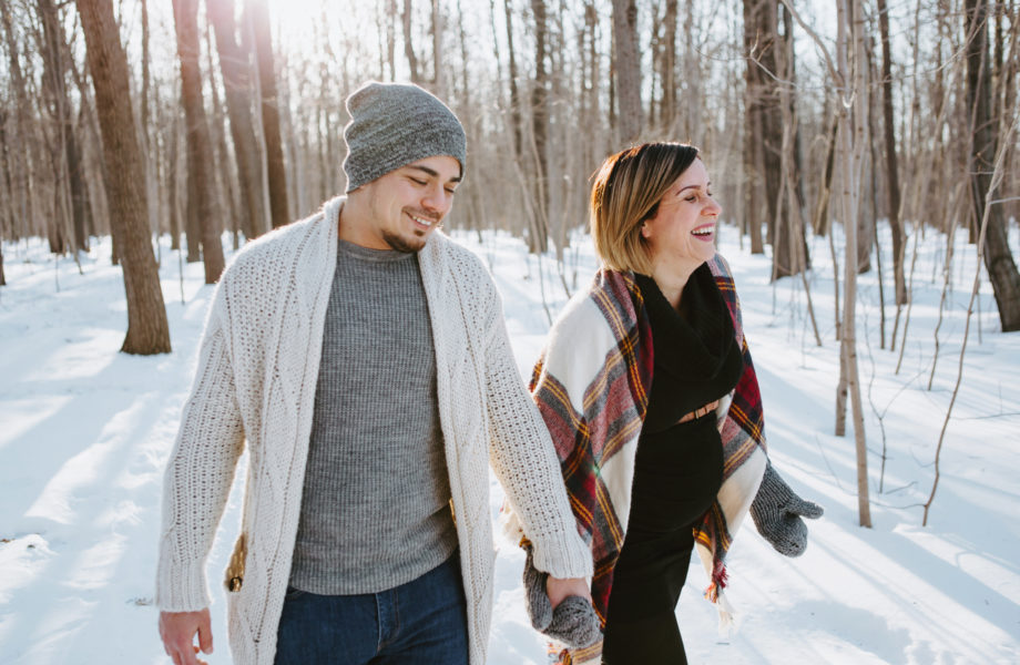 Jessica & Gabriel – Séance maternité dans la forêt en hiver