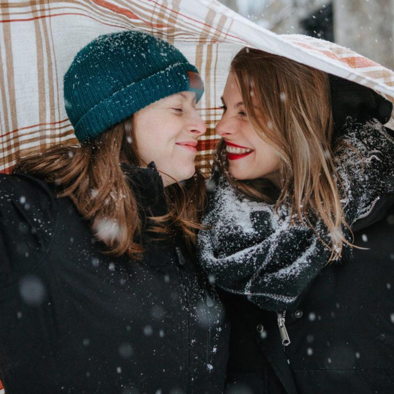 Same sex engagement photos winter. Lesbian engagement photos. Séance de couple dans le Vieux-Montréal en hiver. Photographe LGBT à Montréal. Photographe de fiançailles engagement à Montréal