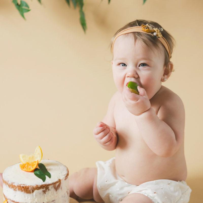 Citrus Smash the Cake photoshoot. Orange lime lemon first birthday photos. Photos Smash the Cake avec agrumes à Montréal. Montreal Smash the Cake photoshoot