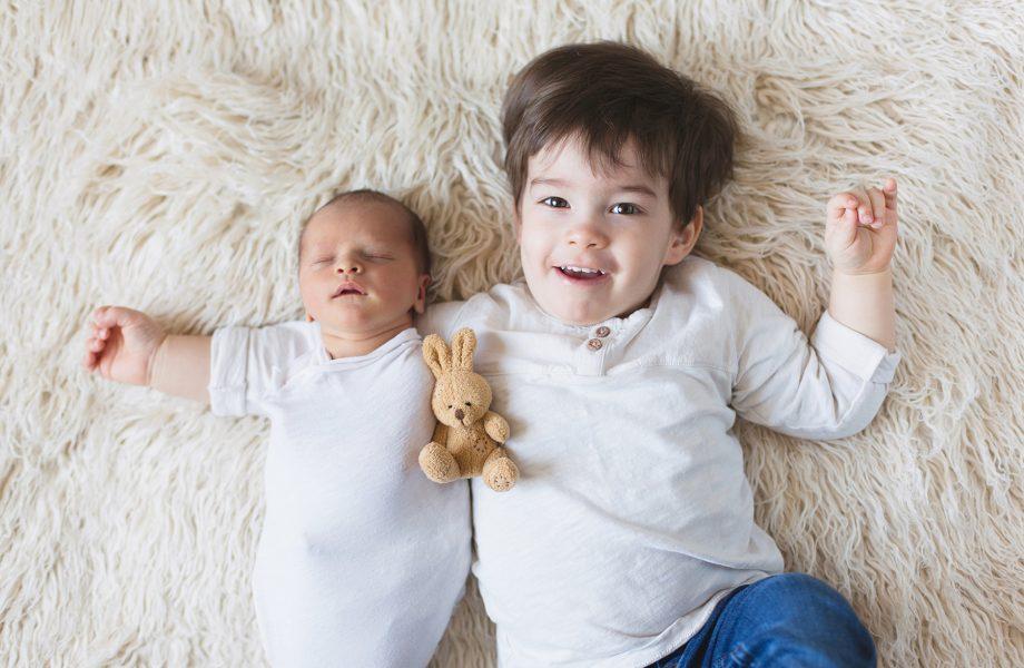 Newborn photo with sibling big brother. Montreal newborn photographer. Séance nouveau-né avec grand-frère à Montréal.