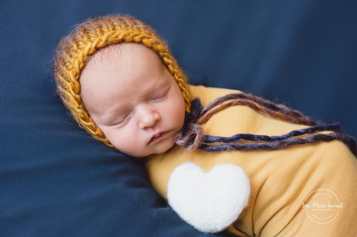 Boy newborn session wrapped on beanbag. Montreal newborn photographer. Séance nouveau-né avec grand-frère à Montréal.
