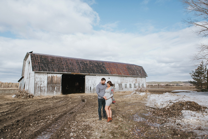 Country side maternity photos with old barn. Lifestyle maternity session. Séance maternité à La Baie au Saguenay. Maternity session in La Baie Bagotville.