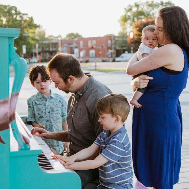 Dad playing piano with sons. Photographe de famille à Verdun. Quai 5160 maison de la culture de Verdun. Piano public Quai 5160. Verdun family photographer.