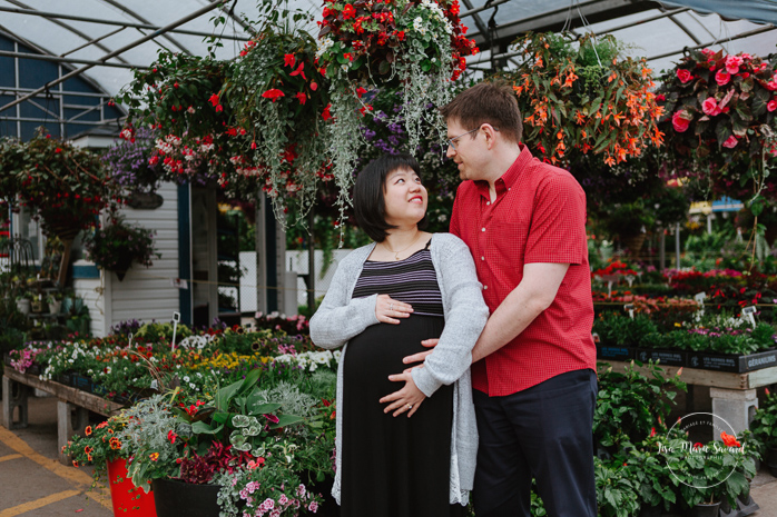 Greenhouse maternity photos. Séance photo Marché Atwater serres de fleurs. Atwater market photos