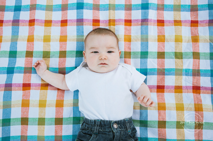 Three months old baby on blanket. Outdoor family photos. Photographe de famille à Verdun. Verdun family photographer.