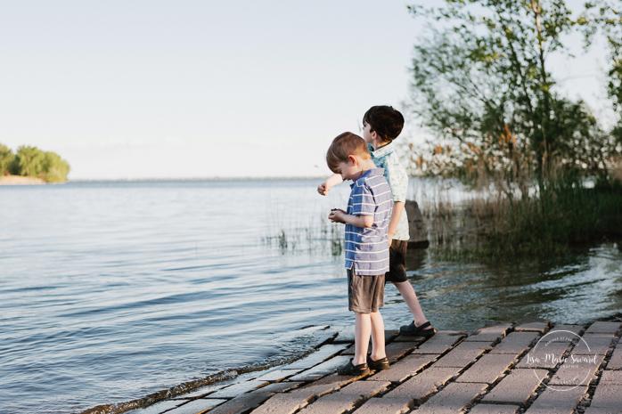 Boys skipping stones in water. Outdoor family photos. Photographe de famille à Verdun. Verdun family photographer.