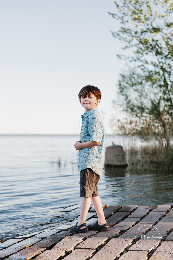 Boys skipping stones in water. Outdoor family photos. Photographe de famille à Verdun. Verdun family photographer.