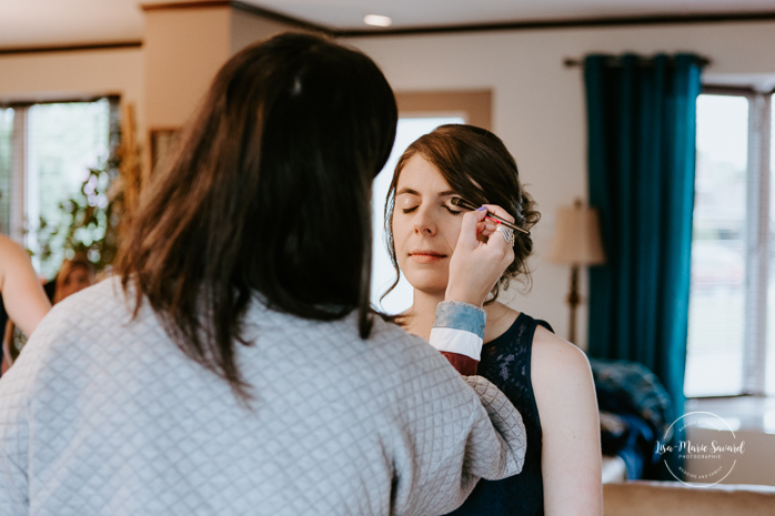 Bride getting ready photos with mother and bridesmaids. Photographe de mariage au Saguenay.