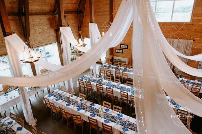 Rustic reception decor inside old barn. Mariage à l'Orée des Champs au Lac-Saint-Jean. Photographe de mariage au Saguenay.