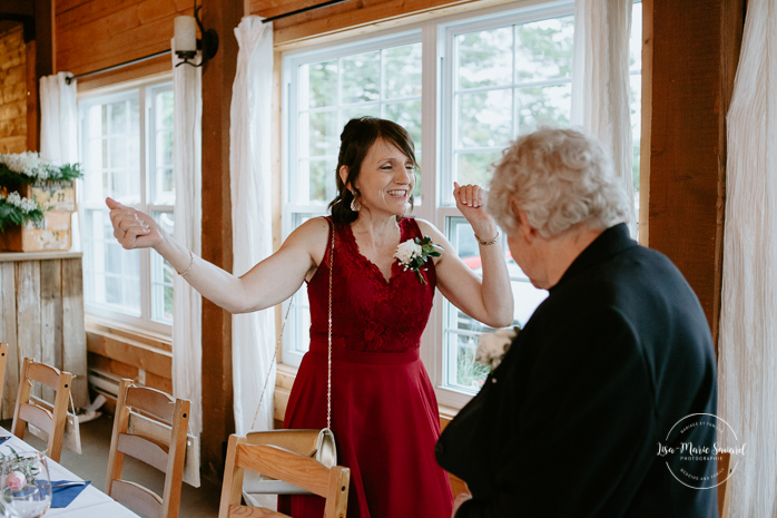 Rustic reception inside old barn. Bride's mother and grandmother entrance. Photographe de mariage au Saguenay.