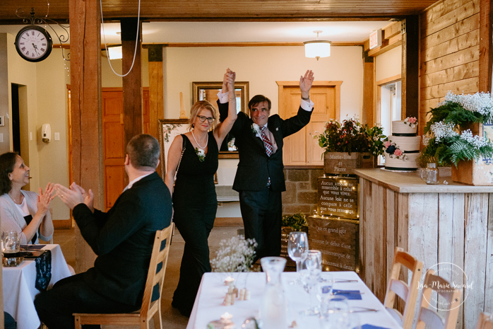 Rustic reception inside old barn. Groom's mother and father entrance. Photographe de mariage au Saguenay.