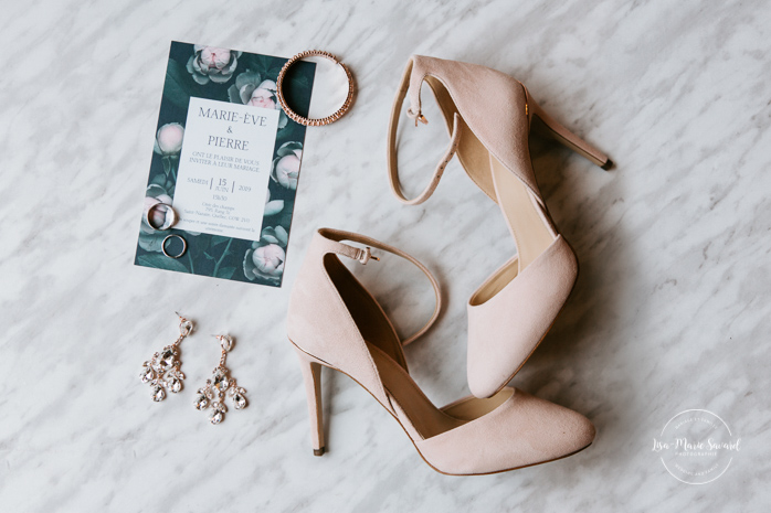 Wedding layflat photography with high heels, earrings, wedding bands and invitation. Photographe de mariage au Saguenay.