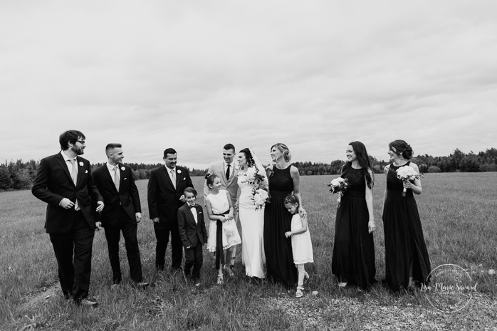 Wedding party bridal party photos with three groomsmen and three bridesmaids. Rustic wedding in a field. Photographe de mariage au Saguenay.