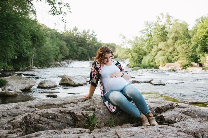 River maternity pictures. Photos de maternité à Saint-Jérôme. Parc régional de la Rivière du Nord. Montreal maternity photographer