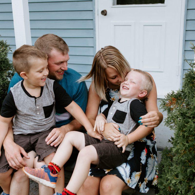 Lifestyle family session at home. Family sitting on front porch. Séance familiale à domicile au Saguenay. Séance photo à Laterrière. Saguenay family photographer.