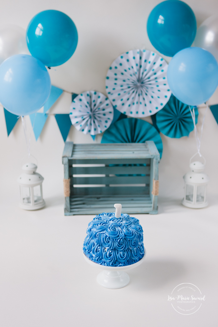 Minimalist Smash the Cake photos. Blue Smash the Cake decor. Photographe de Smash the Cake à Montréal. Montreal Smash the Cake photographer