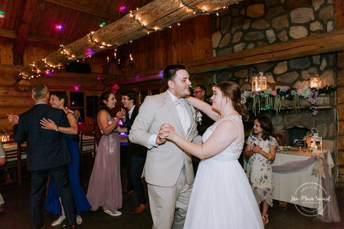 Bride and groom first dance. Wedding reception inside wooden cabin sugar shack. Réception de mariage à la Table du Roy cabane à sucre Auberge Le Baluchon. Photographe de mariage à Trois-Rivières