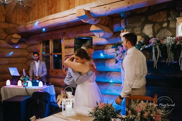 Bride's father doing speech during reception. Wedding reception inside wooden cabin sugar shack. Réception de mariage à la Table du Roy cabane à sucre Auberge Le Baluchon. Photographe de mariage à Trois-Rivières